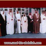 صورة جماعية في البحرين مع الشيخ عيسى بن راشد آل خليفة ووزير العدل البحريني وسفير المملكة معالي الأستاذ عبد الله آل الشيخ ومجموعة من الإخوان